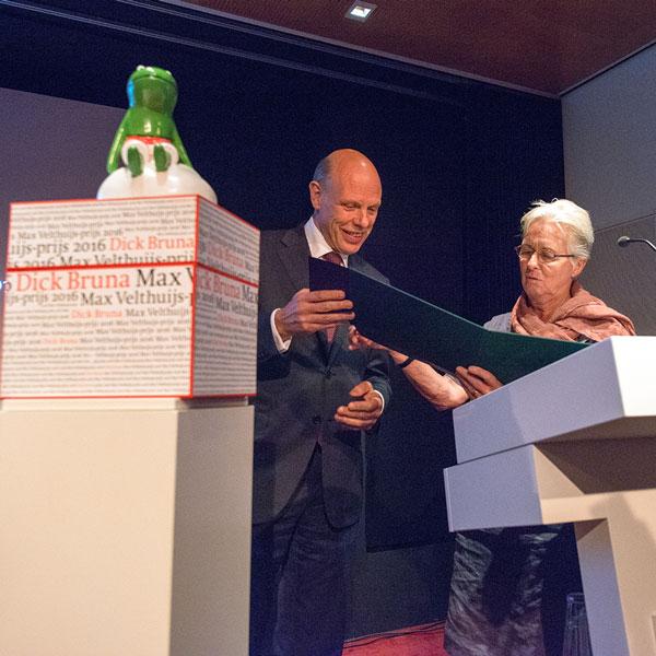 De heer Gillis Dorleijn, voorzitter van de P.C. Hooft-prijs voor Letterkunde en mevrouw Ineke de Jongh, echtgenote van Dick Bruna.